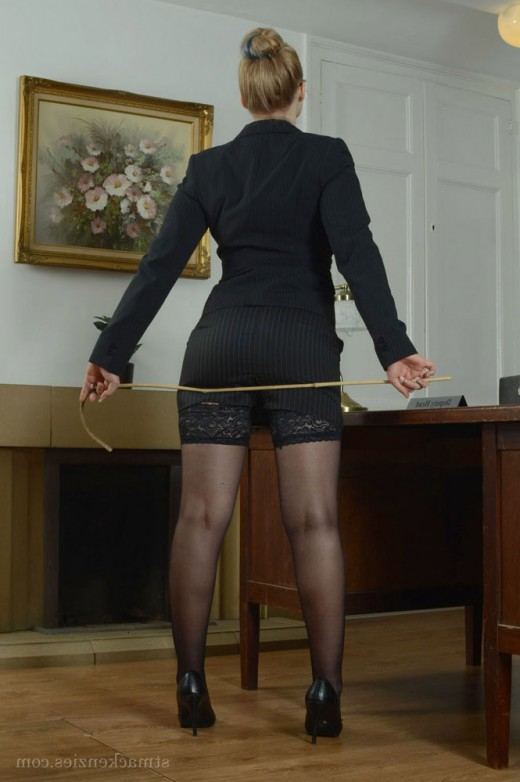Business lady poses in the office – DaChicky