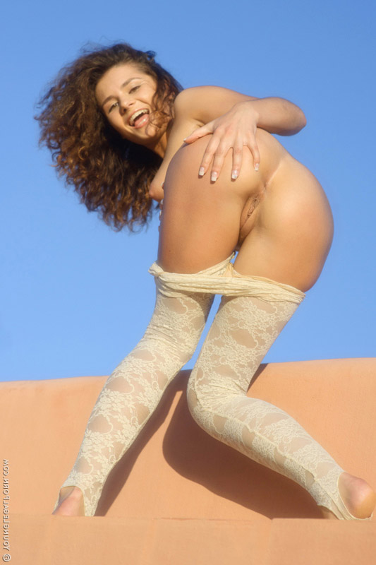 Young curly-haired girl shows body – DaChicky