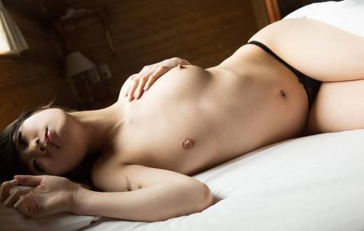 des photos de jeunes filles asiatiques nues sur la plage.