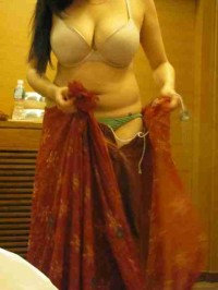 Suhagrat ki pehli raat hot patni removing saree exposing cleavage
