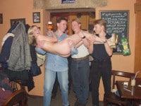 Piękna czeska dziewczyna śmiga nago w barze