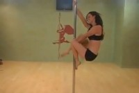 Awesome girl does amazing stuff on the pole