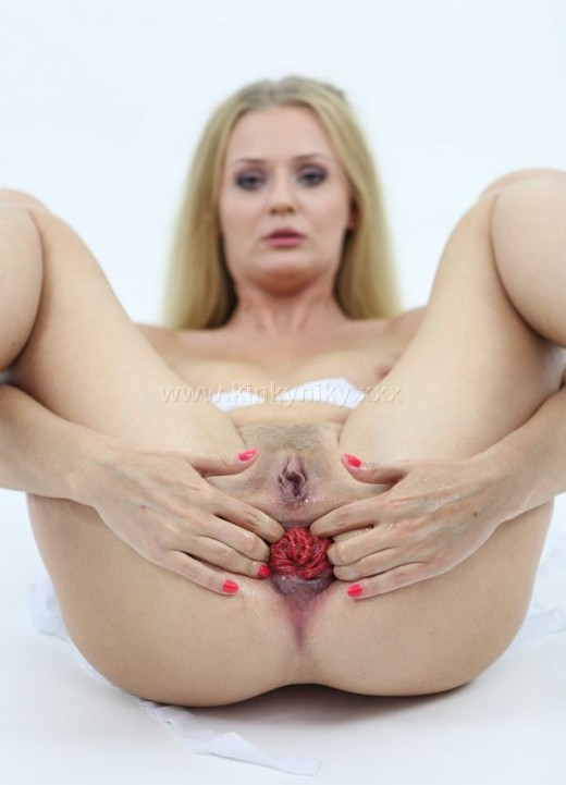 Kinky Niki shows prolapse