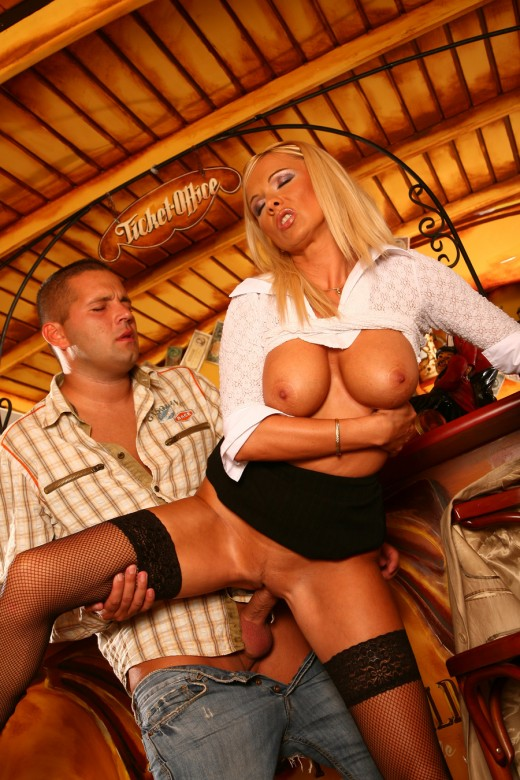 Huge rack blonde Winny fucked at the bar counter