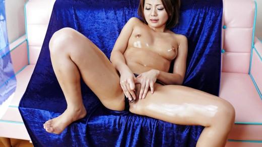 Asian girl makes her pussy wet