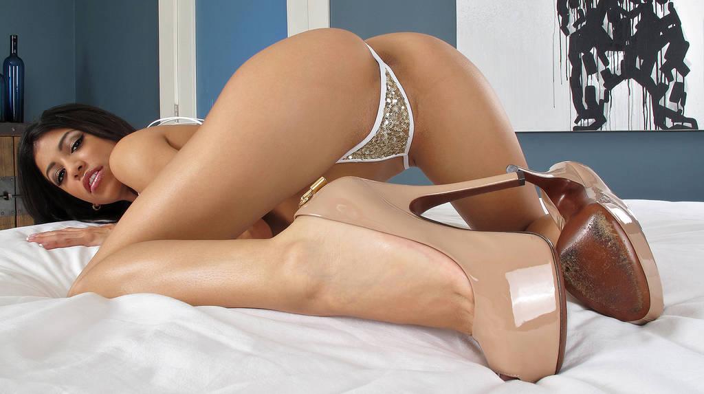 29 foto nude della più bella ragazza latina.