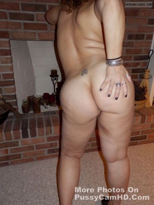 big boobed mom showing ass – more photos of her on pussycamhd.com