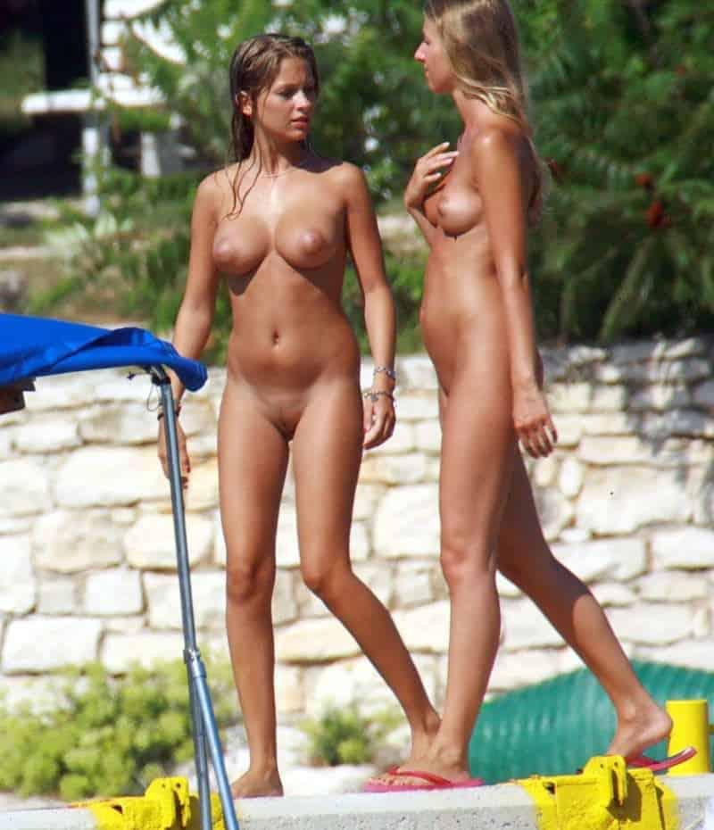 Dwie atrakcyjne niunie na plaży
