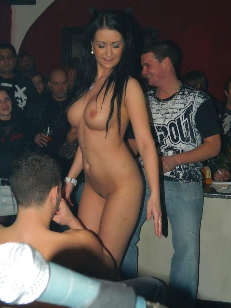 Gorąca Czeszka zrzuca z siebie strój seksownej policjantki i robi striptiz