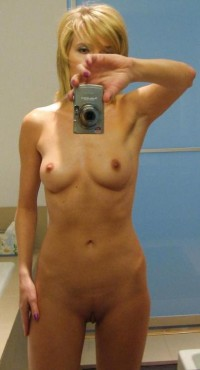 Hot MILF chick naked selfie