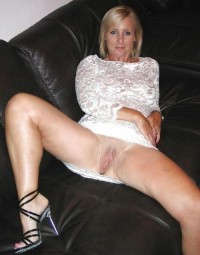 Milf was wide-leged to show naked pussy