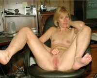 American Milf spread legs