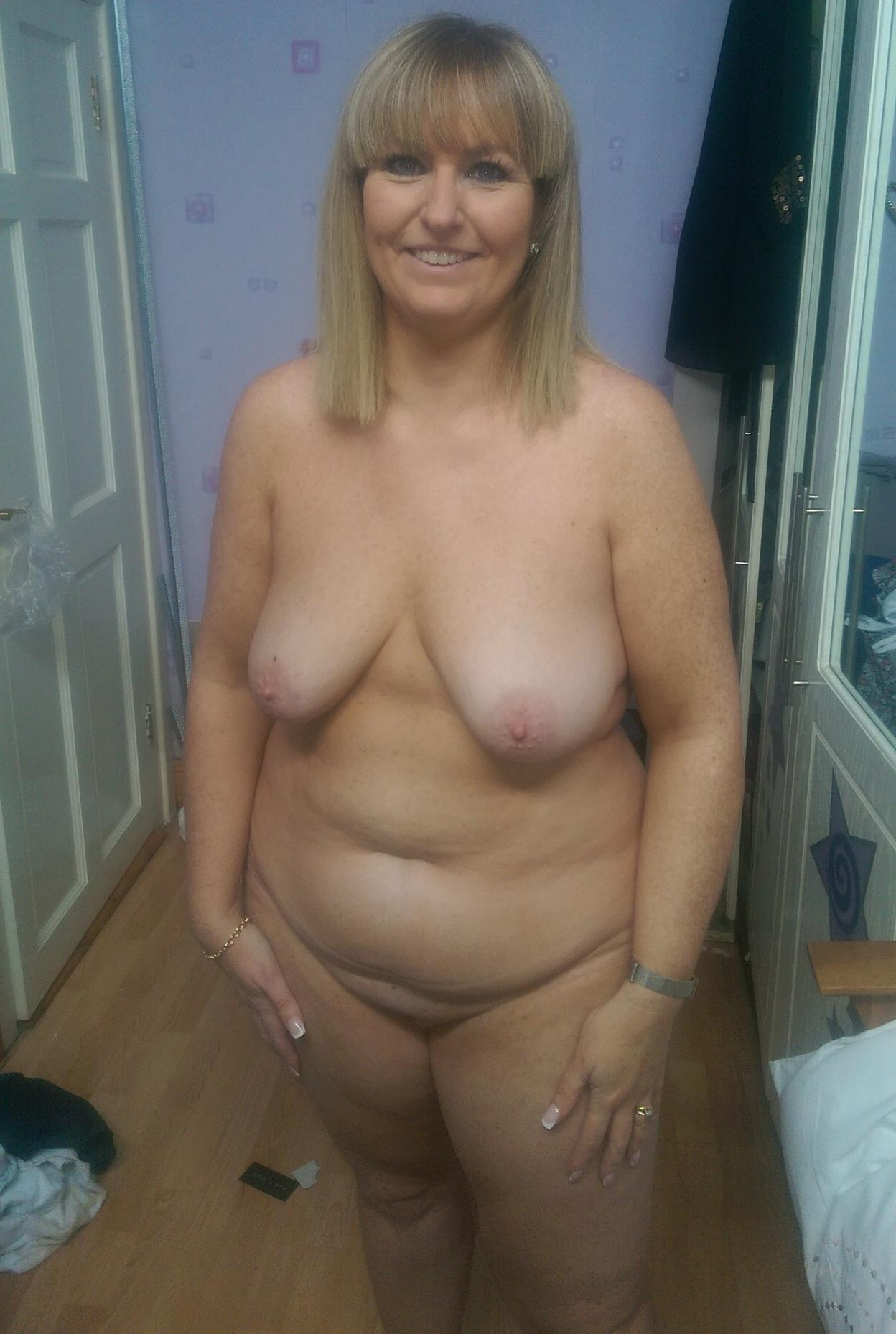 sex images busty mature slut sheds her tight shirt & panties to