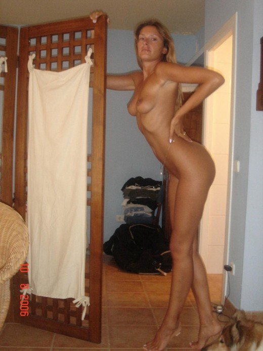 Sexy amateur MILF babe showing off their hot nude bodie