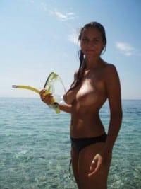 Naga amatorka pochwalila sie fajnymi cyckami nad morzem
