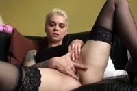 Mila Milan rozkłada nogi i wkłada palce do cipy