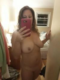 Naga dziewczyna pstryka nagie selfie