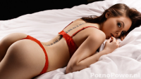 Sexy babe in rode lingerie poseert op bed — Porno Power