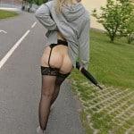 Szwedka bez majteczek pokazuje dupcie na chodniku