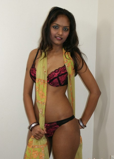 Indian girl slips off her clothes and lingerie for nude modeling debut – Nude Sex Pics